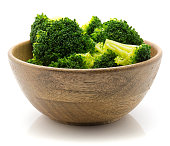 Steamed broccoli in a wooden bowl isolated on white background'n