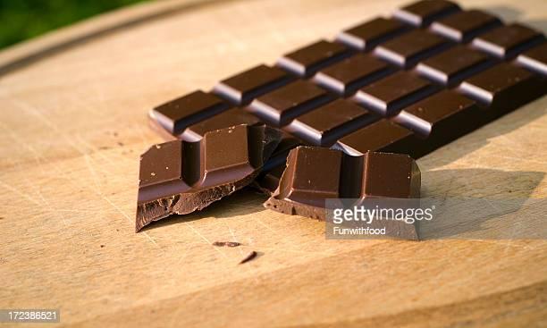 Bar von dunkler Schokolade Süßigkeiten auf Holz Schneidebrett