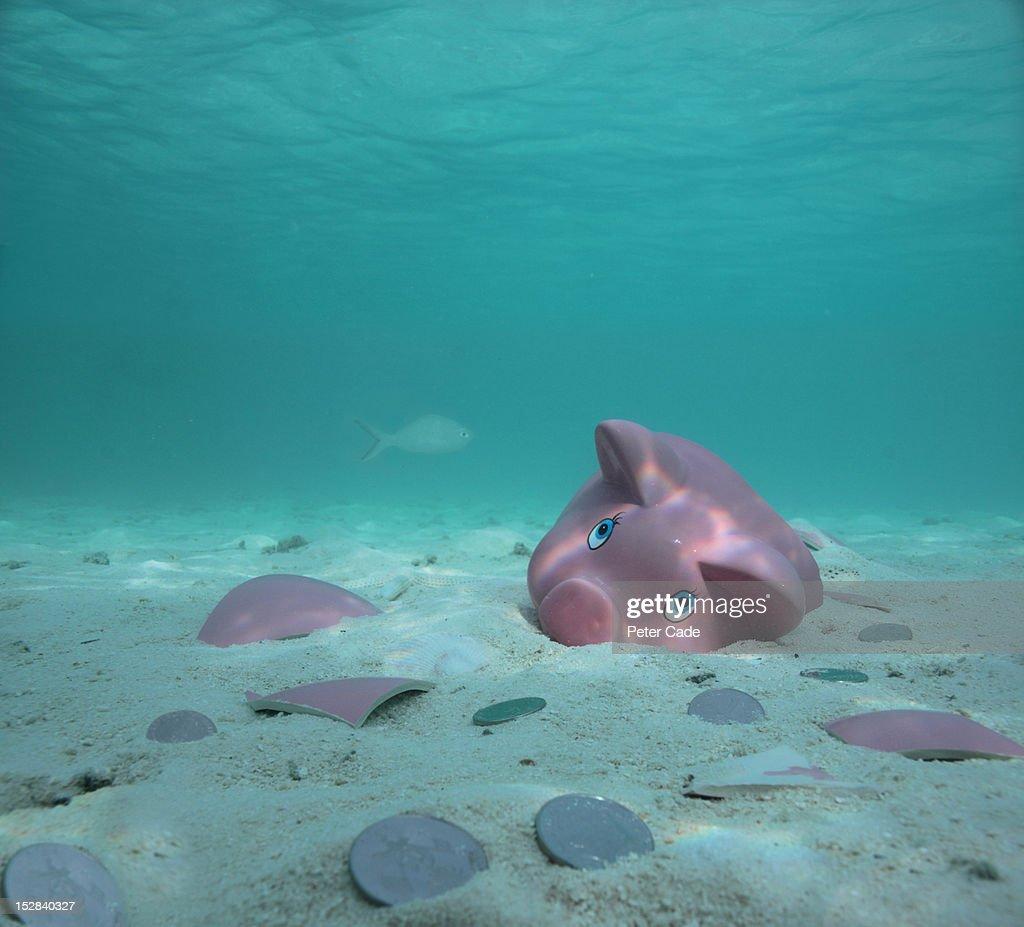 Broken piggy bank son seabed : Stock Photo