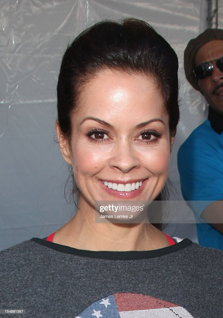Brooke Burke-Charvet attends the 4th Annual SKECHERS Pier To Pier Friendship Walk on October 28, 2012 in Manhattan Beach, California.