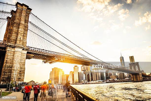 Ponte de Brooklyn e Manhattan ao pôr do sol