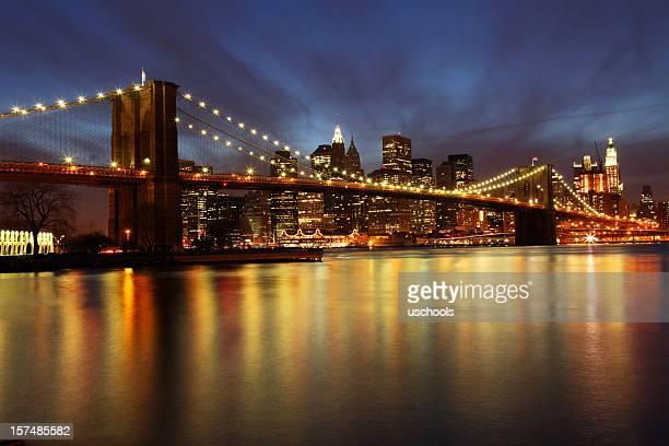 Puente de Brooklyn y Manhattan skyline al atardecer, ciudad de Nueva York