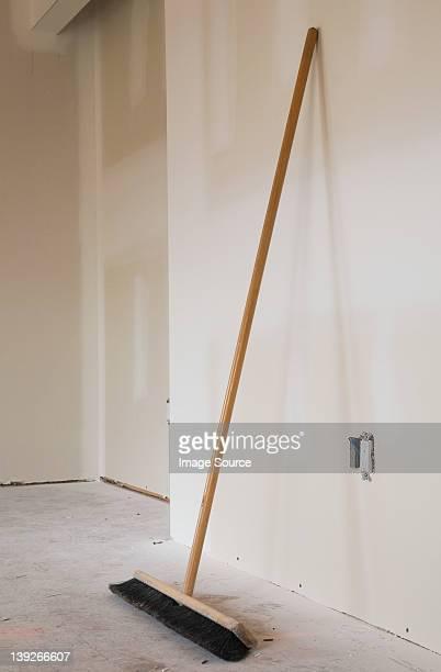 Balai penchant contre un mur