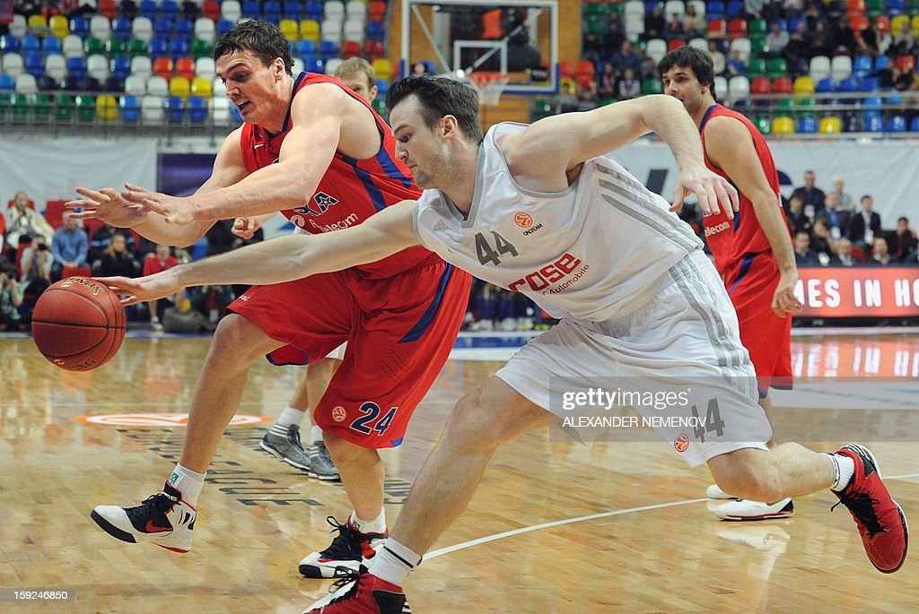 Brose Baskets' Andrew James Ogilvy (R) fight for the ball with CSKA Moscow's Sasha Kaun in Moscow on January 10, 2013 during a Euroleague top 16 group E game.