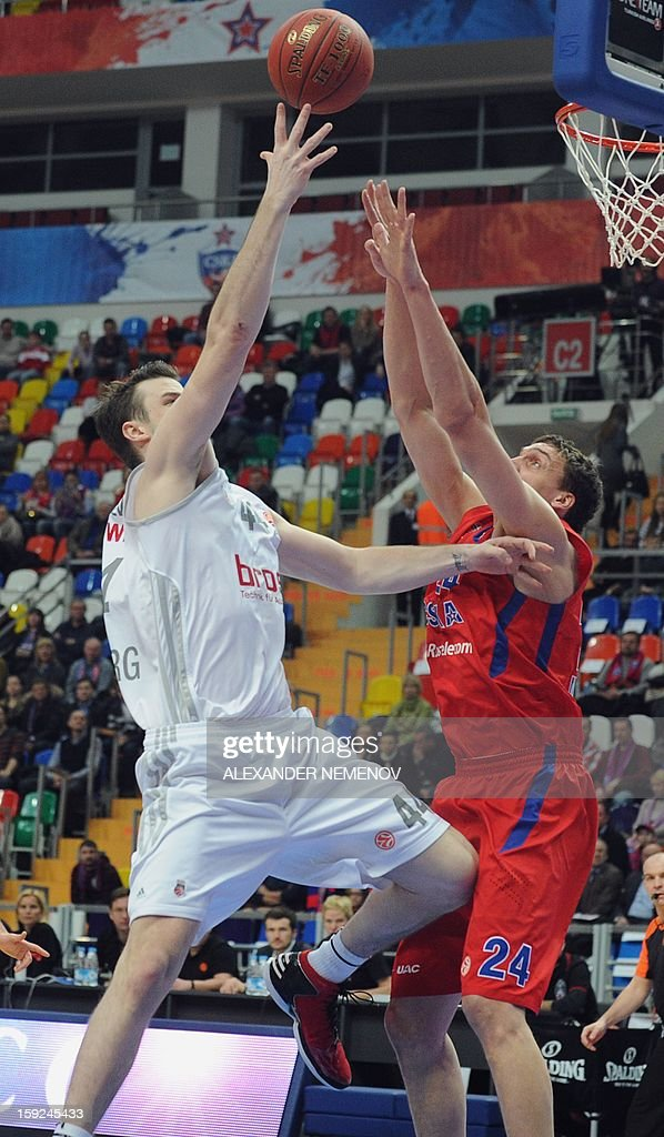 Brose Baskets' Andrew James Ogilvy (L) fights for the ball with CSKA Moscow's Sasha Kaun with in Moscow on January 10, 2013 during a Euroleague top 16 group E game.