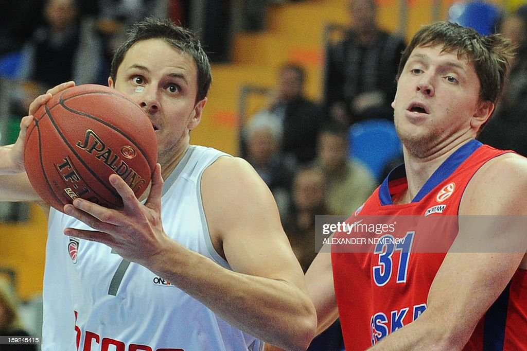 Brose Baskets' Bostjan Nachbar (L) fights for the ball with CSKA Moscow's Viktor Khryapa in Moscow on January 10, 2013 during a Euroleague top 16 group E game.