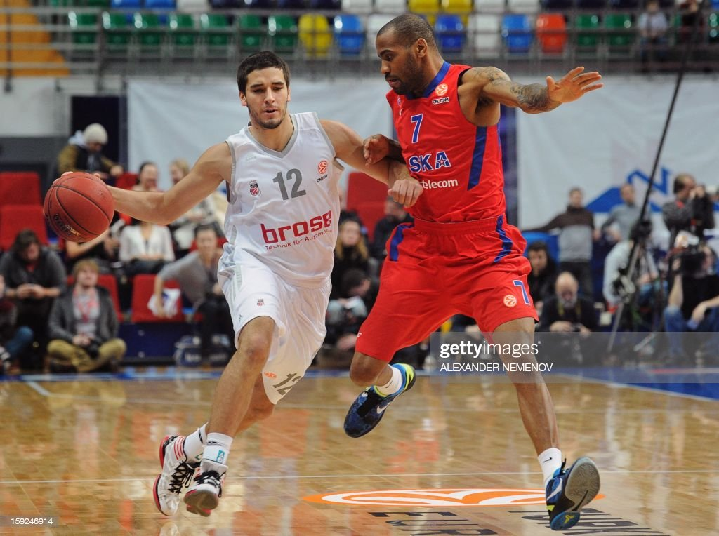 Brose Baskets' Daniel Schnidt (L) fights for the balll with CSKA Moscow's Aaron Jackson in Moscow on January 10, 2013 during a Euroleague top 16 group E game.
