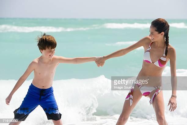 Bruder und Schwester am Meer