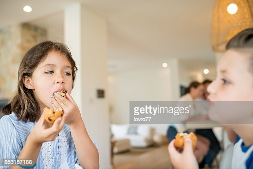 Brother and sister enjoy fresh muffins : Stockfoto