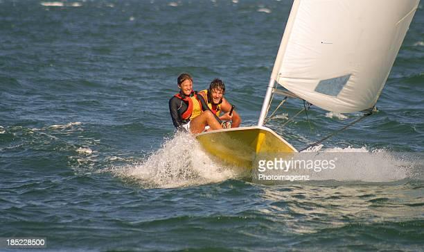 Frère et soeur à la voile dans de petits bateaux gonflables.