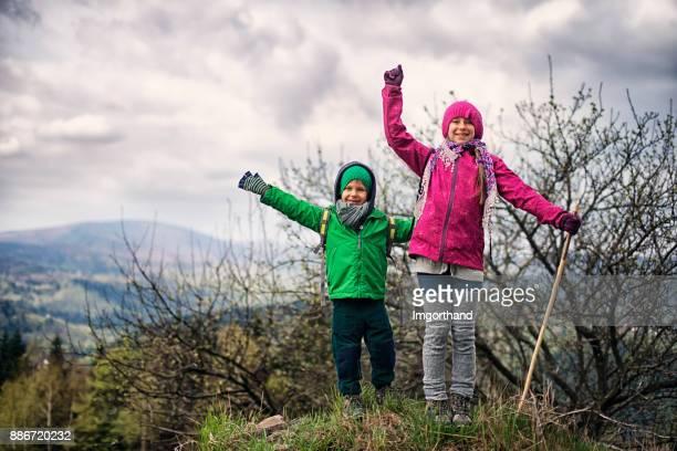 Bruder und Schwester im Frühjahr Wandern