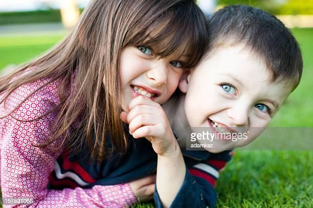 Hermano y hermana en campo