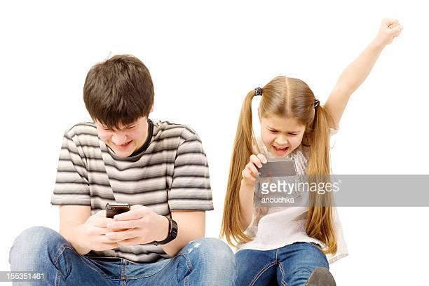 兄弟や姉妹がゲームに携帯電話