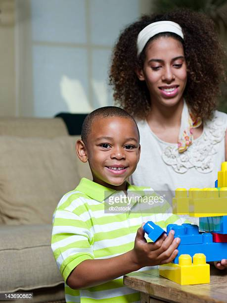 Bruder und Schwester spielen mit Lego