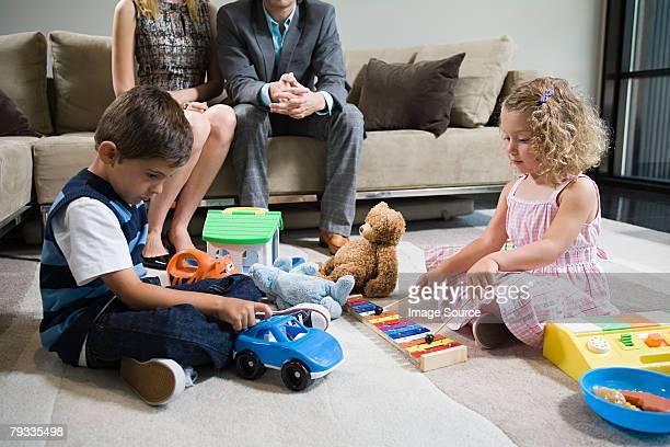 Un fratello e sorella giocando con i giocattoli