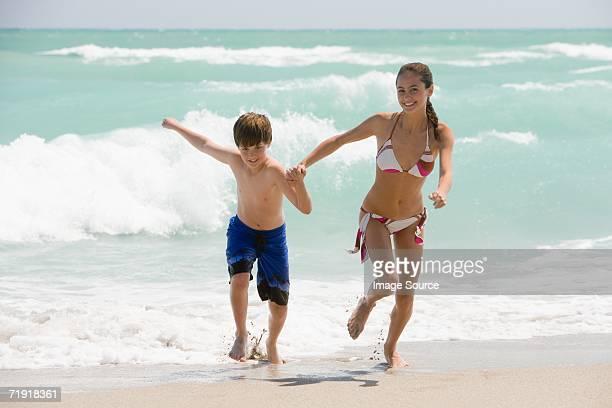 Bruder und Schwester, die auf den Strand