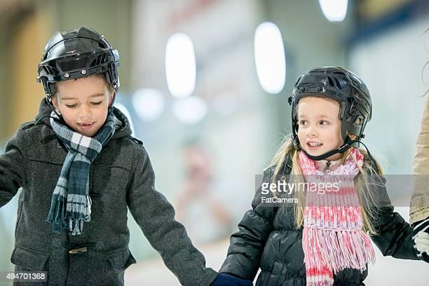 Frère et sœur patinage en famille