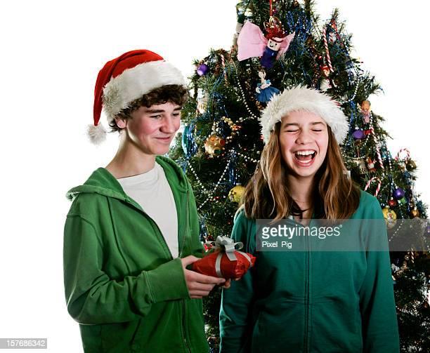 Frère donne à son partenaire un cadeau (et qui raconte une blague