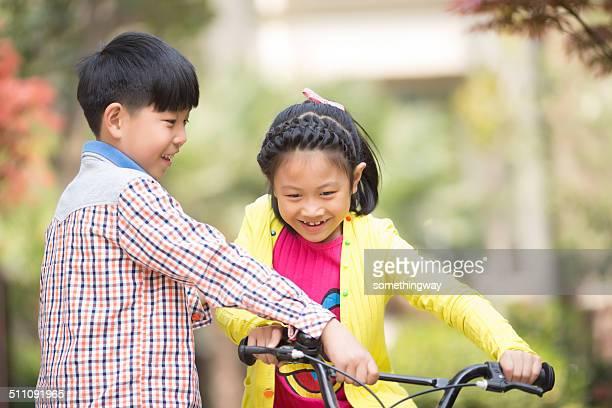 Fratello insegnato sorella di una bicicletta di equitazione