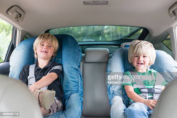 Brothers im Auto sitzen