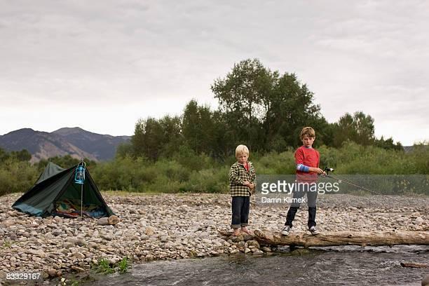 兄弟が流れる川