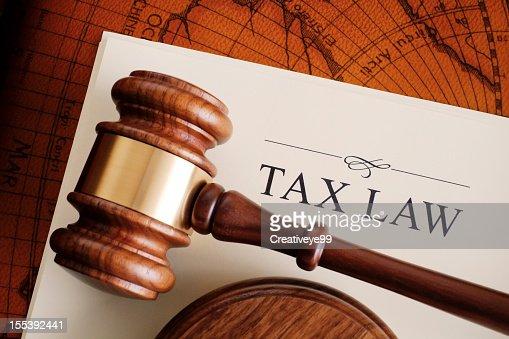 Brown Marteau de juge sur fond blanc. droit fiscal document