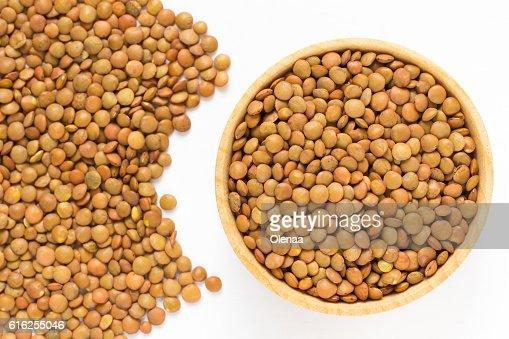 Brown lentils in a wooden bowl : Foto de stock