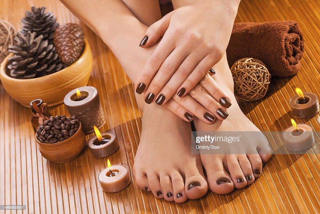 Marrón, de manicura y de pedicura en el bamboo : Foto de stock