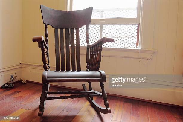 Cadeira de balanço de madeira marrom retroiluminado, com uma janela