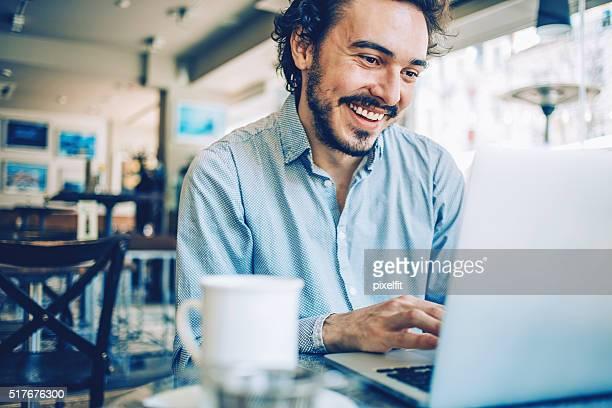 Naviguez sur le Web dans la pause-café
