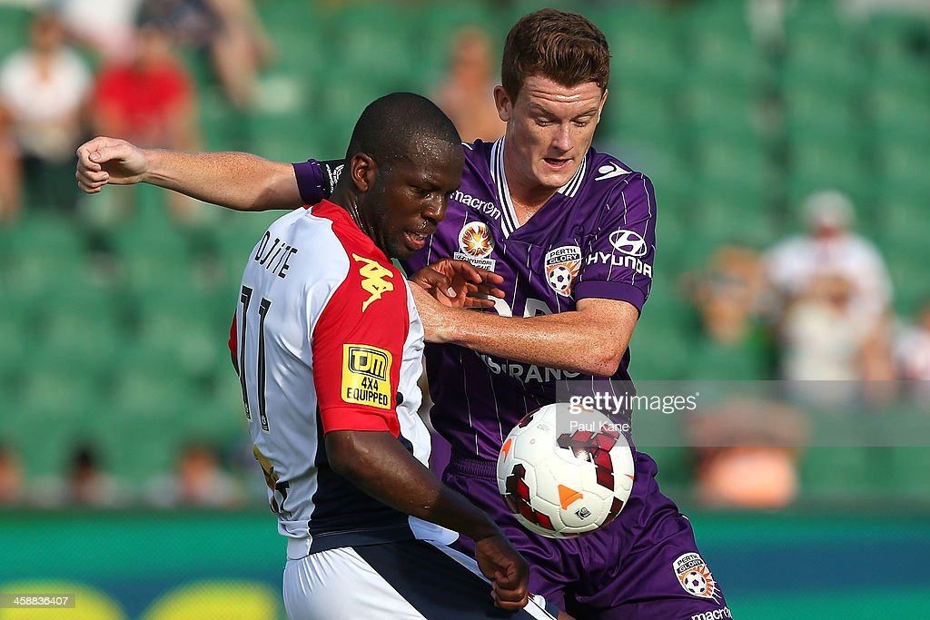 <a gi-track='captionPersonalityLinkClicked' href=/galleries/search?phrase=Bruce+Djite&family=editorial&specificpeople=775797 ng-click='$event.stopPropagation()'>Bruce Djite</a> of Adelaide and Brandon O'Neill of the Glory contest for the ball during the round 11 A-League match between Perth Glory and Adelaide United at nib Stadium on December 22, 2013 in Perth, Australia.