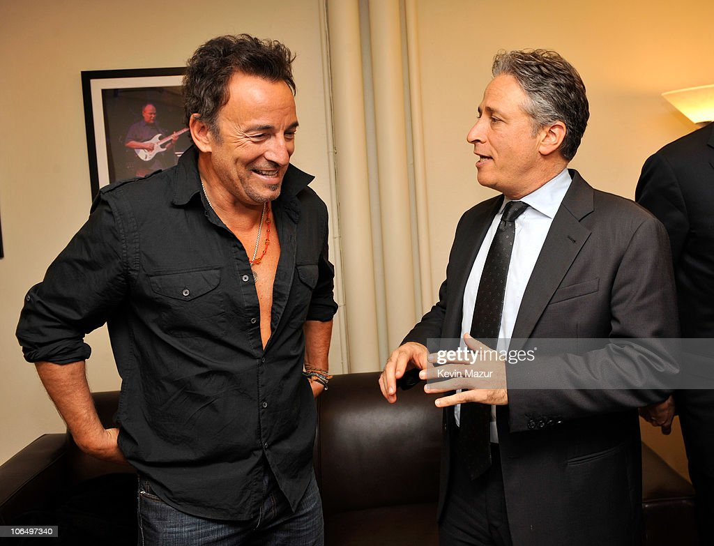 new york comedy festival bob woodruff foundation present bruce springsteen and jon stewart backstage at stand up for heroes at the beacon