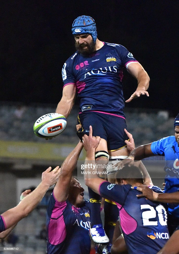 Brumbies player Scott Fardy gets the ball during the Super Rugby match between the ACT Brumbies and South Africa's Northern Bulls in Canberra on May 6, 2016. / AFP / MARK
