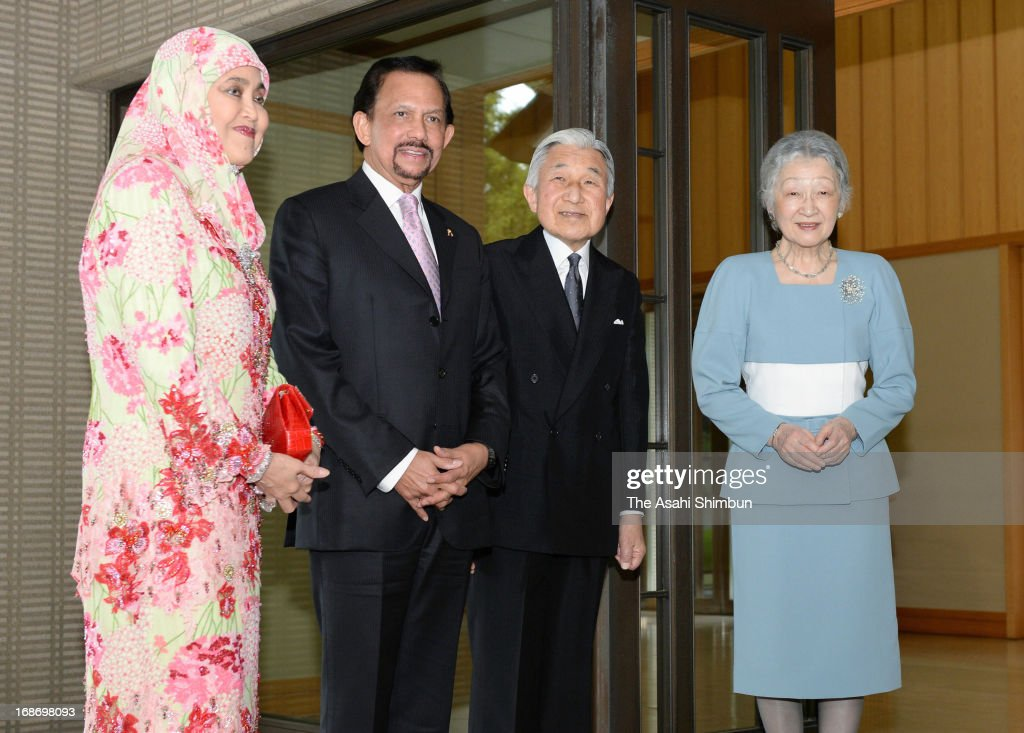 Brunei Sultan <a gi-track='captionPersonalityLinkClicked' href=/galleries/search?phrase=Hassanal+Bolkiah&family=editorial&specificpeople=138553 ng-click='$event.stopPropagation()'>Hassanal Bolkiah</a> (2L) and his wife Pengiran Anak Saleha, Japanese Emperor Akihito and Empress Michiko pose for photographs at the Imperial Palace on May 13, 2013 in Tokyo, Japan.