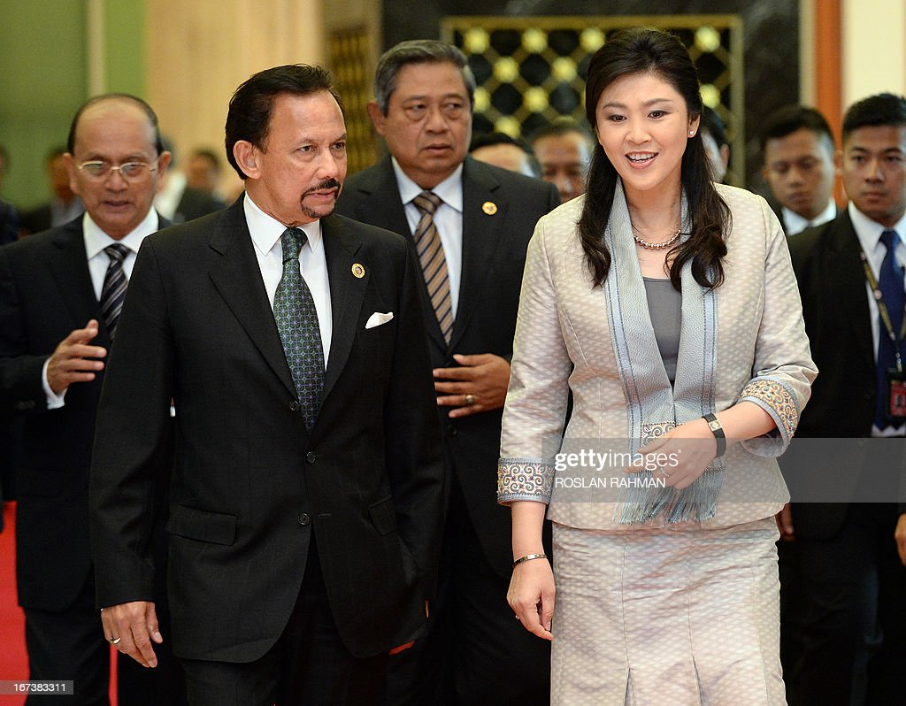 Brunei Sultan Hassanal Bolkiah (2nd L) chats to Thailand's Prime Minister Yingluck Shinawatra (front R), followed by Myanmar's President Thein Sein (back L) and Indonesia's President Susilo Bambang Yudhoyono (behind C), as they arrive for lunch at the Association of Southeast Asian Nations (ASEAN) summit in Bandar Seri Begawan on April 25, 2013. Southeast Asian leaders of the 10-member grouping were set to wrap up a summit on April 25 dominated by efforts to defuse tensions over the South China Sea and deepen economic links throughout the region. AFP PHOTO / ROSLAN RAHMAN