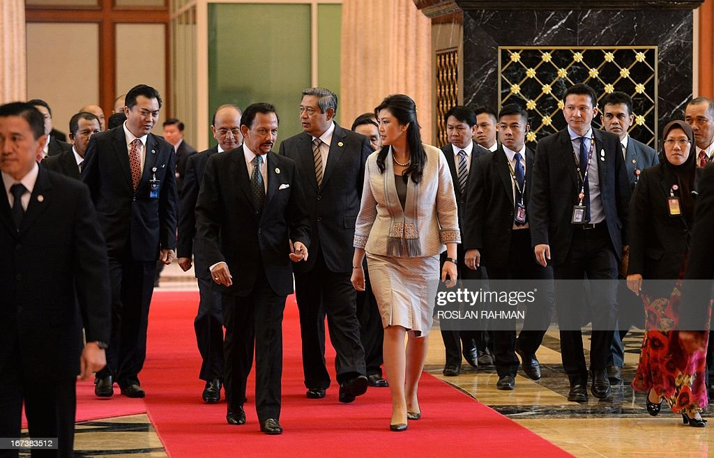 Brunei Sultan Hassanal Bolkiah (centre L) chats to Thailand's Prime Minister Yingluck Shinawatra (centre R), followed by Myanmar's President Thein Sein (behind sultan) and Indonesia's President Susilo Bambang Yudhoyono (behind C), as they arrive for lunch at the Association of Southeast Asian Nations (ASEAN) summit in Bandar Seri Begawan on April 25, 2013. Southeast Asian leaders of the 10-member grouping were set to wrap up a summit on April 25 dominated by efforts to defuse tensions over the South China Sea and deepen economic links throughout the region. AFP PHOTO / ROSLAN RAHMAN