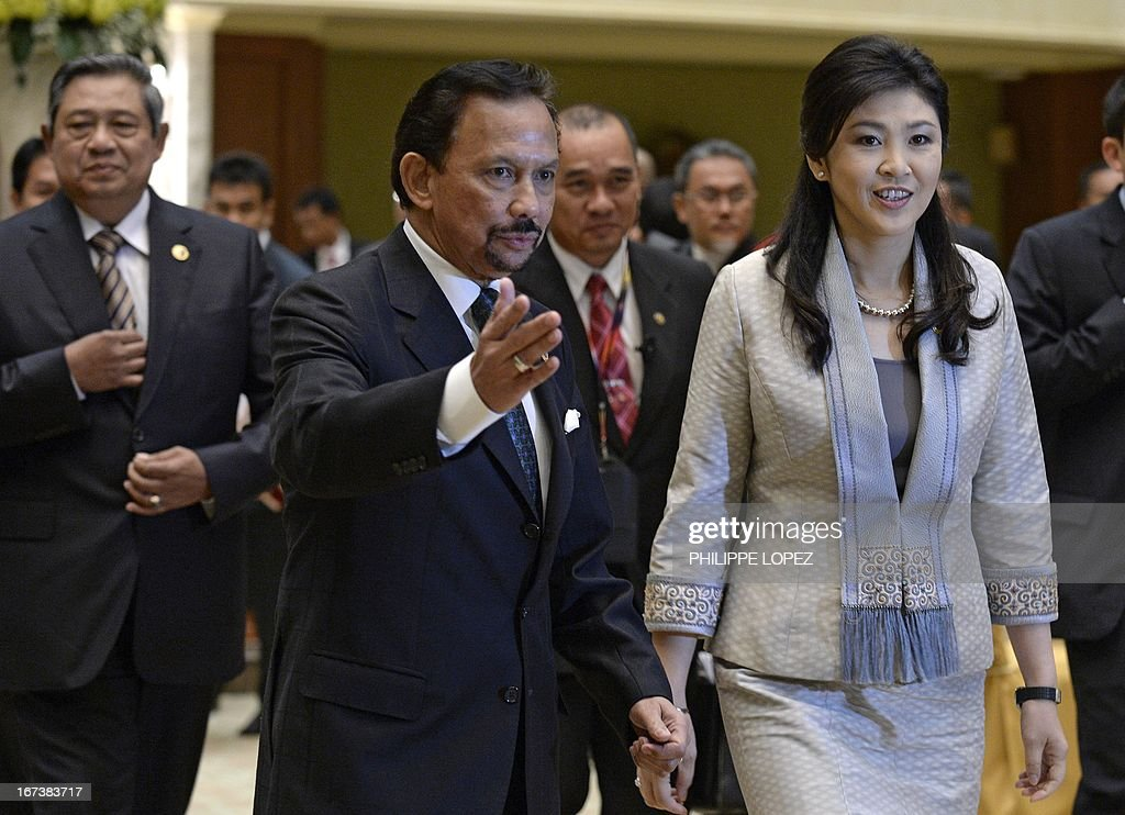 Brunei Sultan Hassanal Bolkiah (C) gestures to Thailand's Prime Minister Yingluck Shinawatra (R), followed by Indonesia's President Susilo Bambang Yudhoyono (back L), as they arrive for lunch at the Association of Southeast Asian Nations (ASEAN) summit in Bandar Seri Begawan on April 25, 2013. Southeast Asian leaders of the 10-member grouping were set to wrap up a summit on April 25 dominated by efforts to defuse tensions over the South China Sea and deepen economic links throughout the region. AFP PHOTO / PHILIPPE LOPEZ