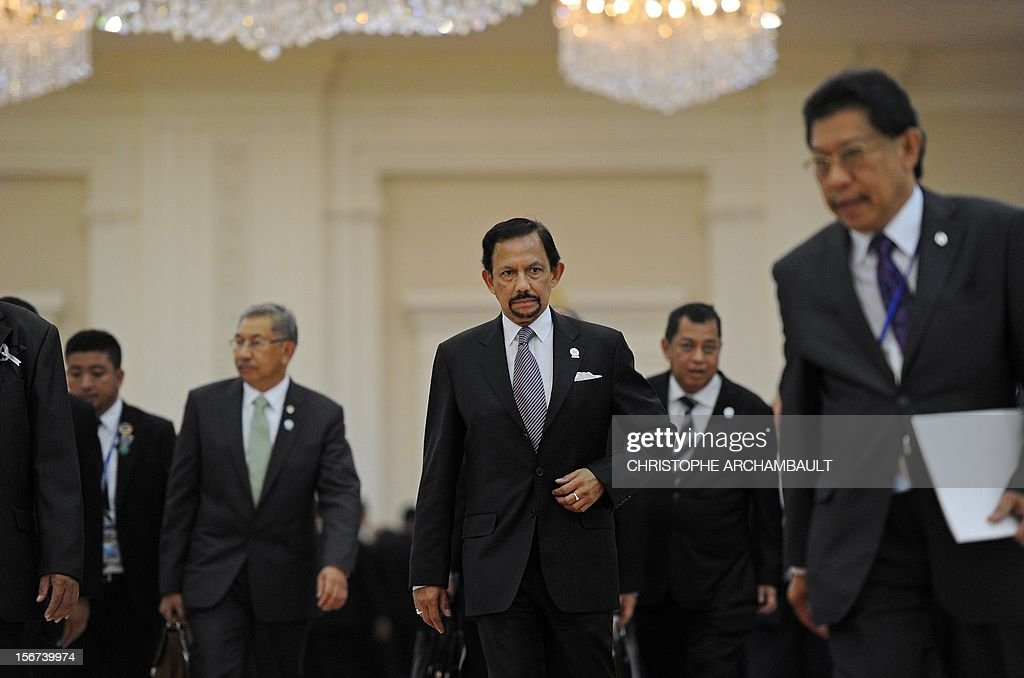 Brunei's Sultan Hassanal Bolkiah (C) leaves the 7th East Asia Summit in Phnom-Penh on November 20, 2012. US President Barack Obama was set to defy Beijing's protests and use a summit to raise concerns over South China Sea rows that have sent diplomatic and trade shockwaves across the region. AFP PHOTO/Christophe ARCHAMBAULT