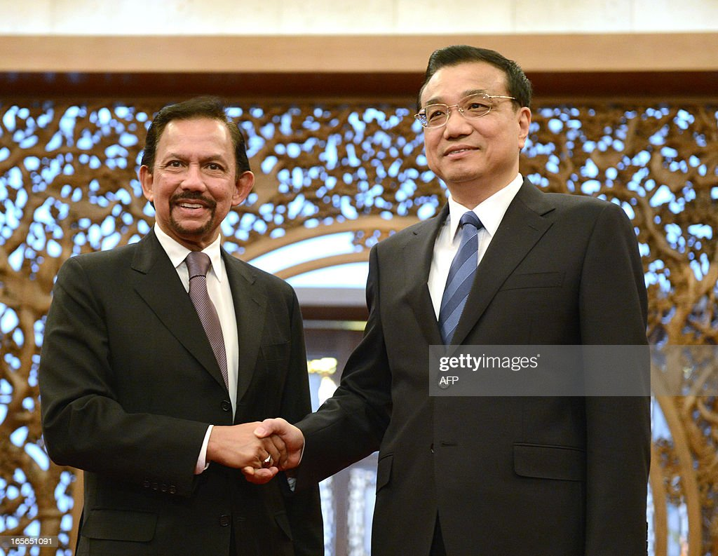 Brunei's Sultan Hassanal Bolkiah (L) shakes hands with Chinese Premier Li Keqiang before their meeting at the Diaoyutai State Guesthouse in Beijing on April 5, 2013. The sultan is here ahead of the annual Boao Forum for Asia in southern China on April 7.