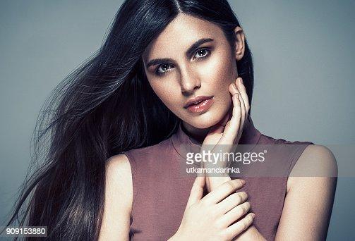 Mujer Morena De Pelo Retrato De Moda De Peinado Morena Hermosa Con