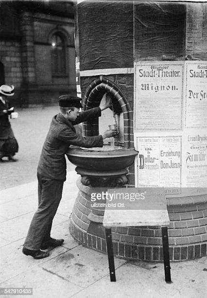 Brunnen in einr Litfasssäule in Hamburg 1911Aufnahme Berliner IllustrationsGesellschaft
