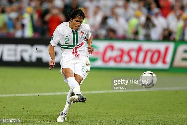 Bruno Alves Portugal verschiesst elfmeter Halbfinale semifinal Portual Spanien Spain 24 n Elfmeterschiessen Fussball EM UEFA Euro Europameisterschaft...