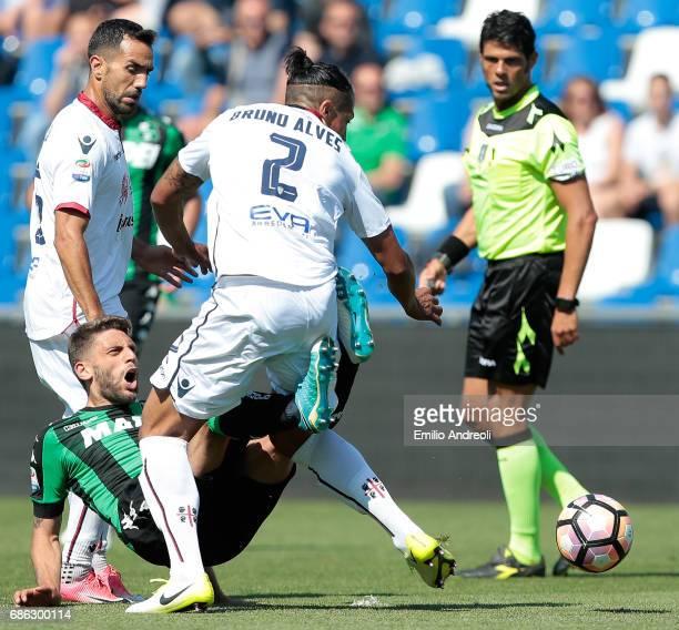 Bruno Eduardo Alves of Cagliari Calcio competes for the ball with Domenico Berardi of US Sassuolo Calcio during the Serie A match between US Sassuolo...