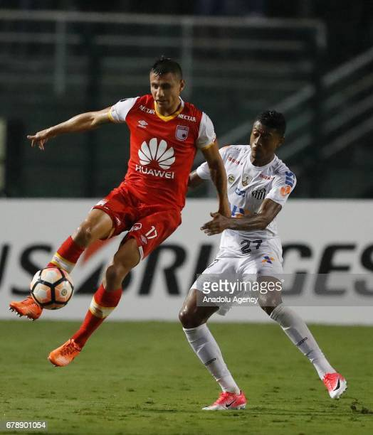 Bruno Henrique of Santos in action against Juan Daniel Roa of Independiente Santa Fe during Copa Libertadores of America match between Santos and...