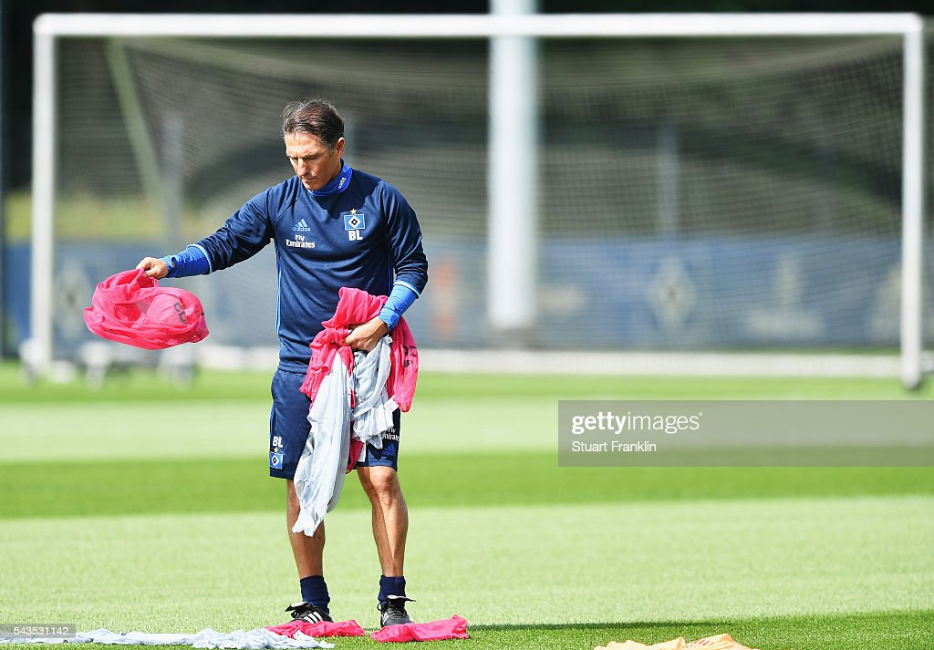 <a gi-track='captionPersonalityLinkClicked' href=/galleries/search?phrase=Bruno+Labbadia&family=editorial&specificpeople=653790 ng-click='$event.stopPropagation()'>Bruno Labbadia</a>, head coach of Hamburger SV seperates the bibs during the first training session of Hamburger SV after the summer break on June 29, 2016 in Hamburg, Germany.
