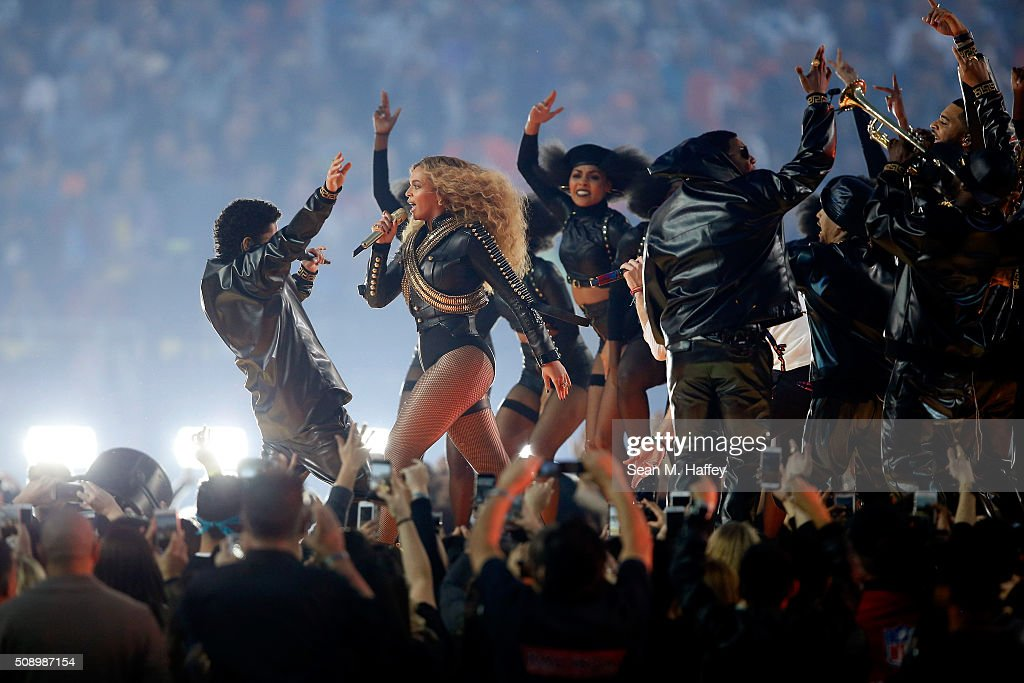 <a gi-track='captionPersonalityLinkClicked' href=/galleries/search?phrase=Bruno+Mars&family=editorial&specificpeople=6779692 ng-click='$event.stopPropagation()'>Bruno Mars</a> and Beyonce perform during the Pepsi Super Bowl 50 Halftime Show at Levi's Stadium on February 7, 2016 in Santa Clara, California.