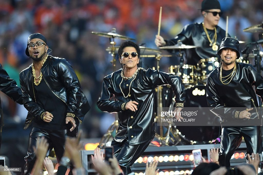 Bruno Mars performs during Super Bowl 50 between the Carolina Panthers and the Denver Broncos at Levi's Stadium in Santa Clara, California February 7, 2016. / AFP / TIMOTHY A. CLARY
