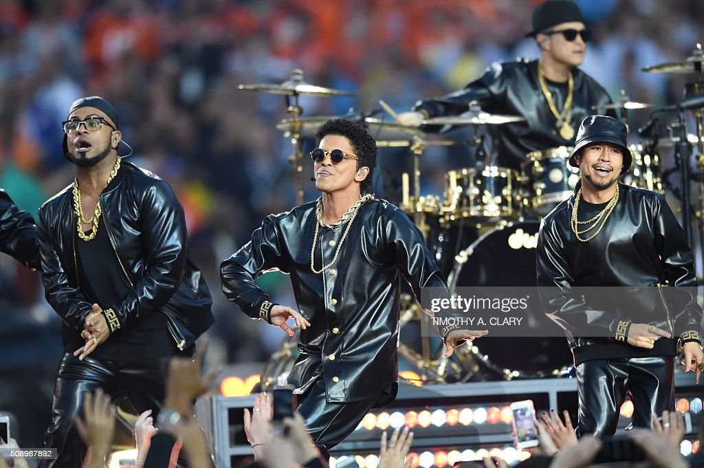 Bruno Mars (C) performs during Super Bowl 50 between the Carolina Panthers and the Denver Broncos at Levi's Stadium in Santa Clara, California February 7, 2016. / AFP / TIMOTHY A. CLARY