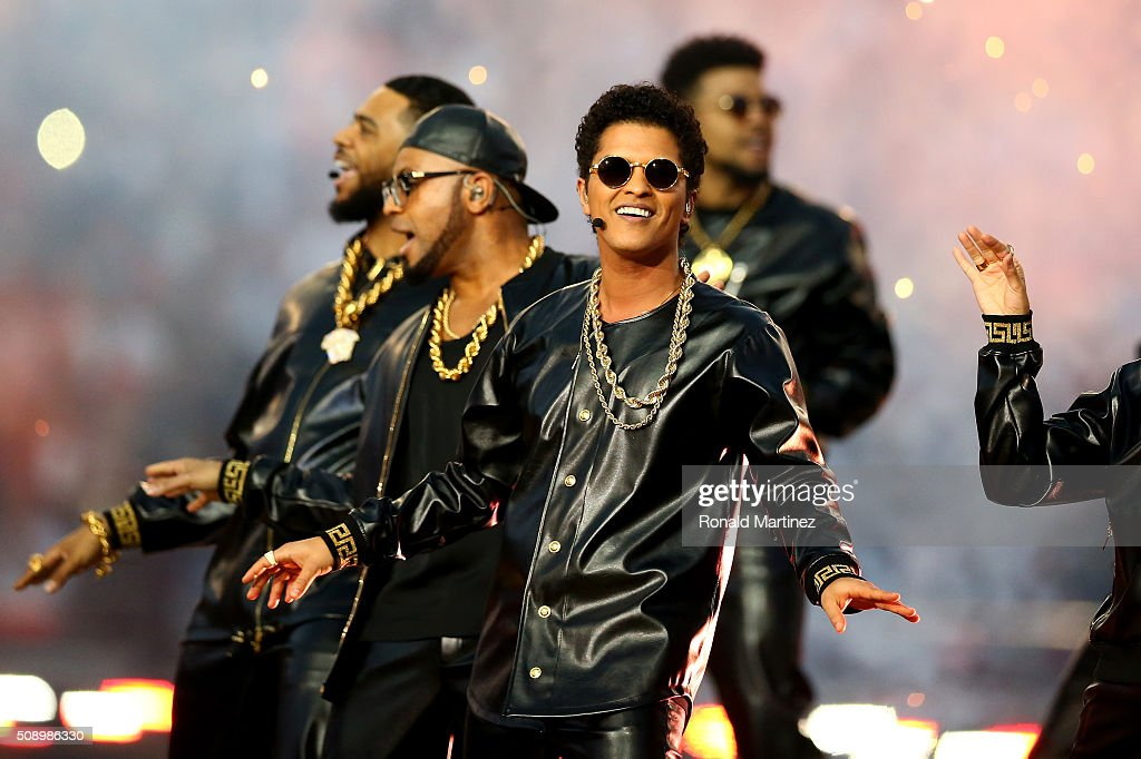 <a gi-track='captionPersonalityLinkClicked' href=/galleries/search?phrase=Bruno+Mars&family=editorial&specificpeople=6779692 ng-click='$event.stopPropagation()'>Bruno Mars</a> performs during the Pepsi Super Bowl 50 Halftime Show at Levi's Stadium on February 7, 2016 in Santa Clara, California.