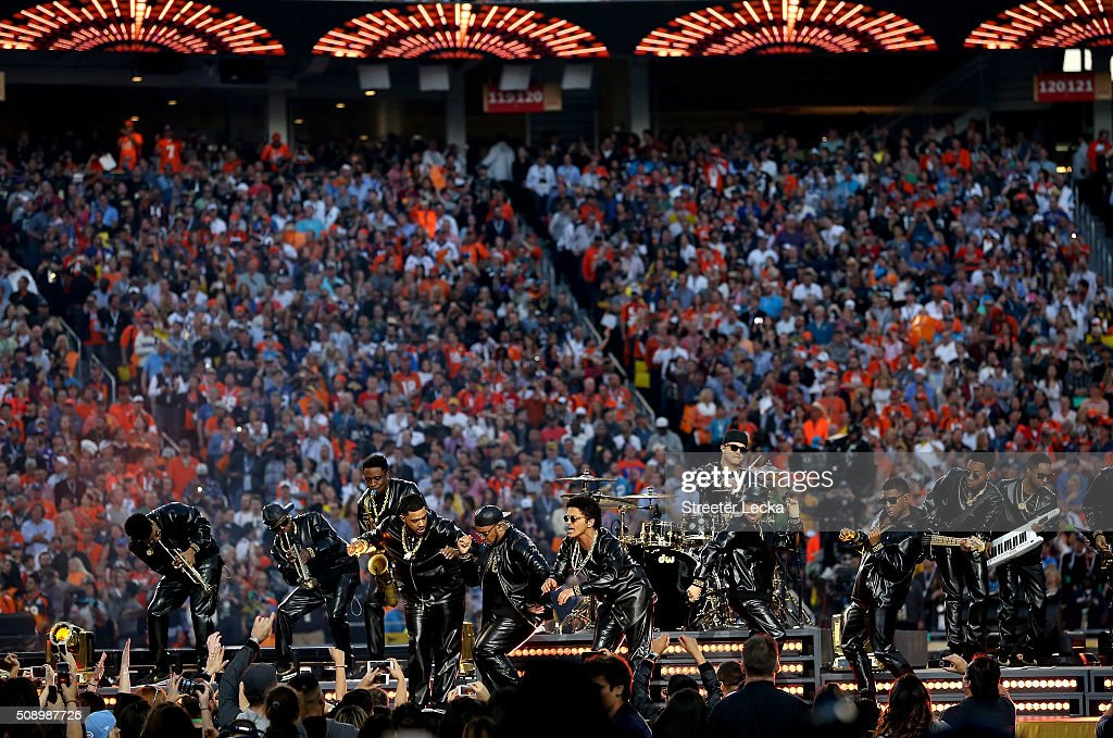 <a gi-track='captionPersonalityLinkClicked' href=/galleries/search?phrase=Bruno+Mars&family=editorial&specificpeople=6779692 ng-click='$event.stopPropagation()'>Bruno Mars</a> (C) performs during the Pepsi Super Bowl 50 Halftime Show at Levi's Stadium on February 7, 2016 in Santa Clara, California.